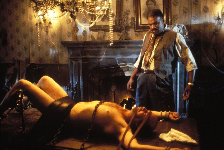 Der Coroner (Richard Gant, r.) findet seinen Kollegen Josh (Andrew Bloch, l.) nackt und gefesselt auf einem Tisch ... - Bildquelle: Warner Bros.