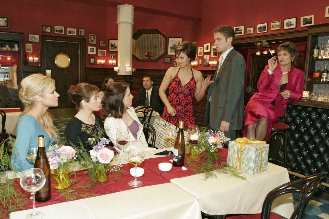 Die aufgebrachte Yvonne (Bärbel Schleker, 3.v.r.) hat ihren großen Auftritt - und stellt Max (Alexander Sternberg, 2.v.r.) vor Sabrina (Nina-Frieder... - Bildquelle: Noreen Flynn Sat.1