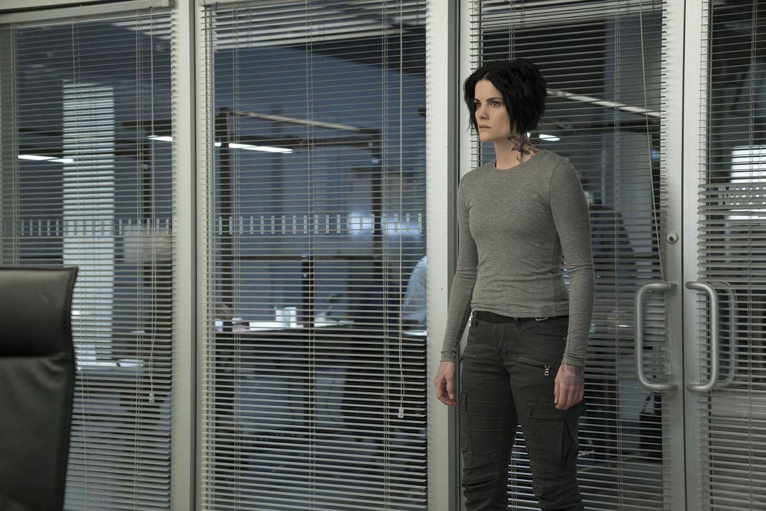 Roman sitzt seit zwei Wochen beim FBI in einem Glaskäfig. Jane (Jaimie Alexander) kümmert sich zwar um ihn, doch er macht keine Fortschritte, was se... - Bildquelle: Warner Brothers
