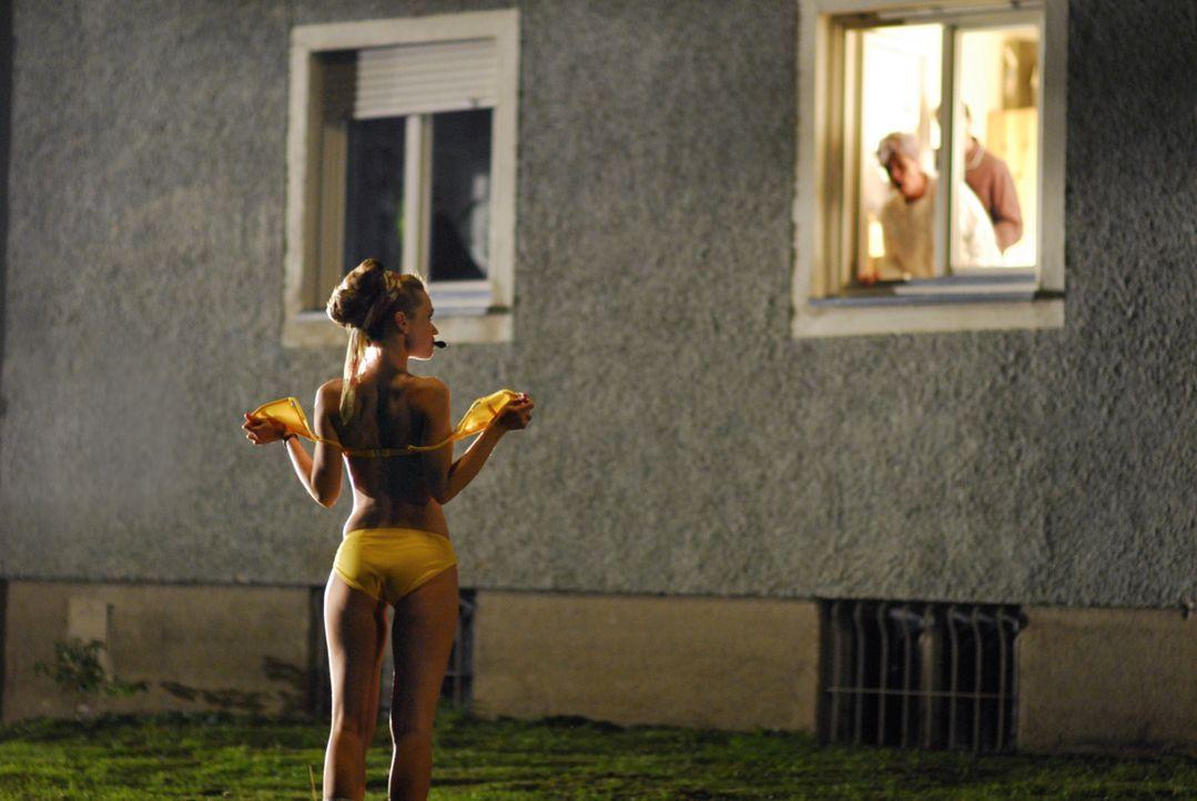 Provokation: Luzi (Karoline Herfurth) stellt sich für Filmaufnahmen oben ohne vor das Fenster ihrer Nachbarn. - Bildquelle: Constantin Film