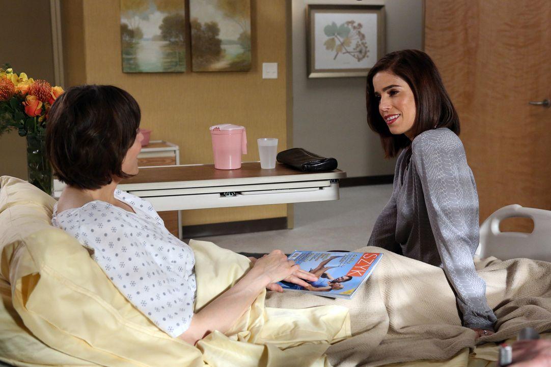 Als Marisol (Ana Ortiz, r.) versucht, ein Geheimnis aus Opal (Joanna Adler, l.) heraus zu bekommen, endet das Gespräch anders als erwartet ... - Bildquelle: 2014 ABC Studios
