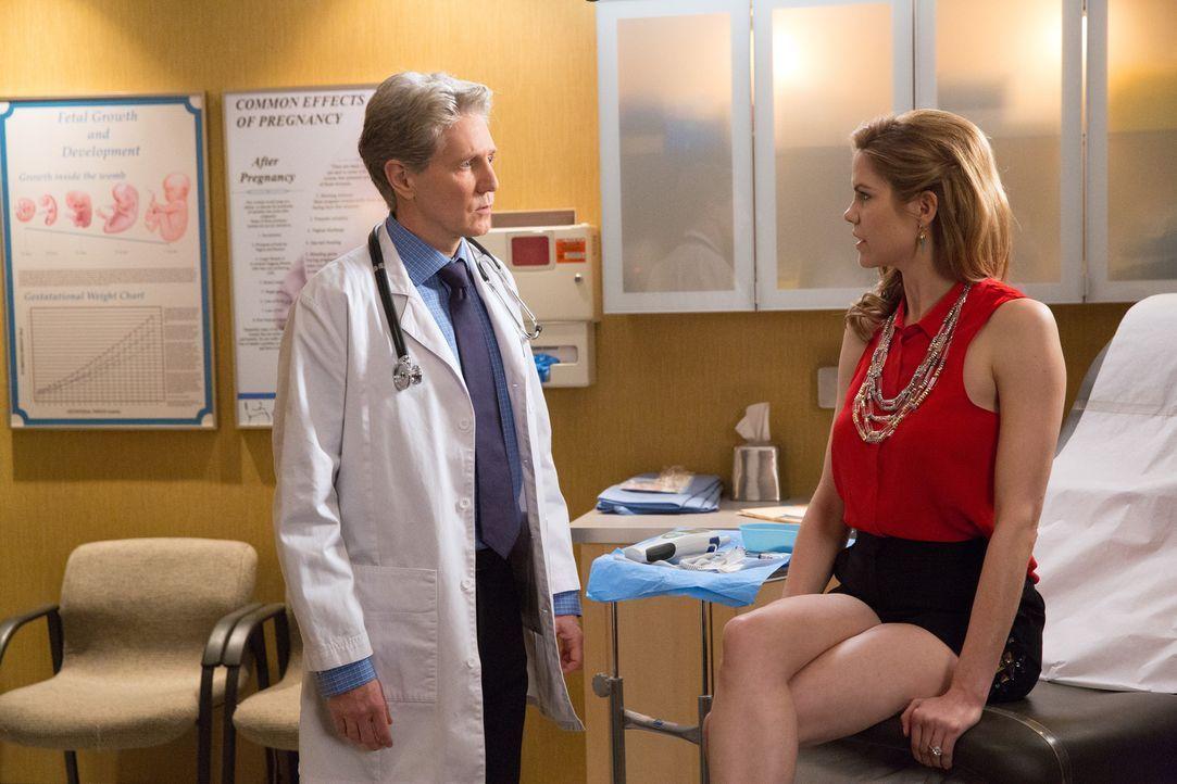 Wird der Arzt (Roy McCrerey, l.) bei dem falschen Spielchen von Peri (Mariana Klaveno, r.) mitspielen? - Bildquelle: 2014 ABC Studios