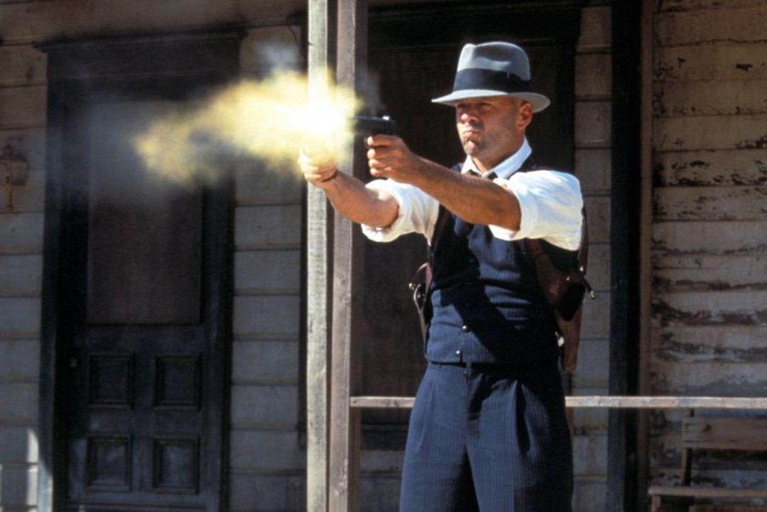 Während der Prohibitionszeit versucht, John Smith (Bruce Willis) den Krieg zwischen zwei Schmugglerbanden zu seinem Vorteil zu nutzen. - Bildquelle: New Line Productions, Inc.