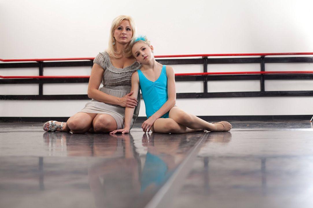 Während um ihre Tanzkollegen große Aufregungen herrschen, ist es um Chloe (r.) und ihre Mutter Christie (l.) relativ ruhig ... - Bildquelle: Barbara Nitke 2012 A+E Networks