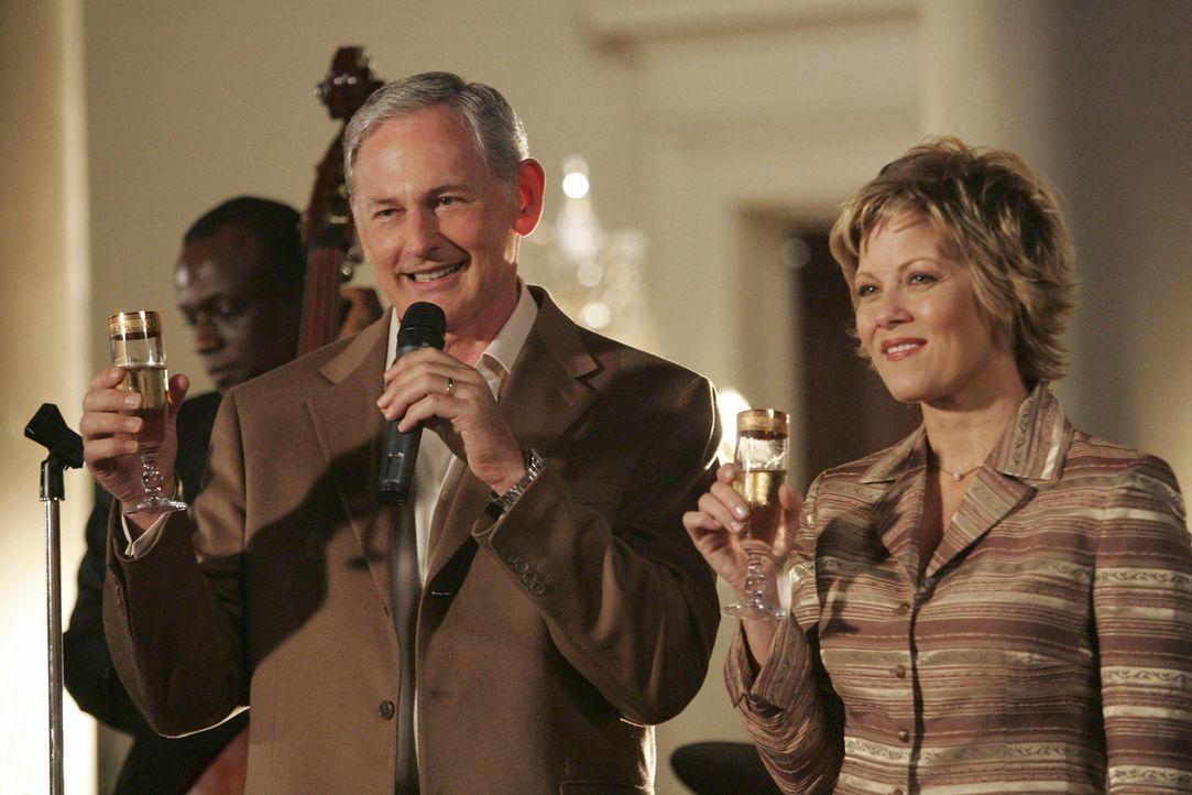 Jordan (Victor Garber, l.) und seine Frau (Barbara Niven, r.) freuen sich über das Liebesglück ihrer Tochter Taylor. - Bildquelle: Disney - ABC International Television