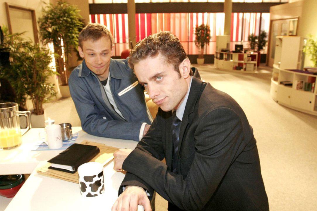 Max (Alexander Sternberg, r.) erzählt Jürgen (Oliver Bokern, l.) von seinem Missgeschick und seinem entgangenen Geldgewinn. - Bildquelle: Noreen Flynn Sat.1