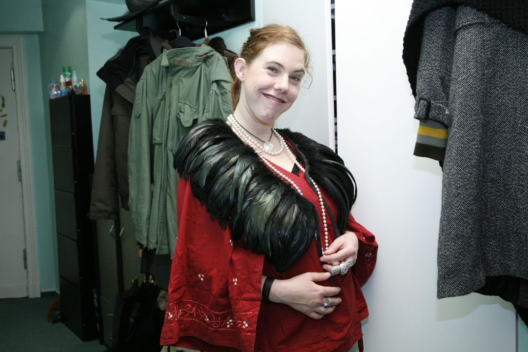 Jessica bevorzugt privat den Öko-Hippie-Style. Doch jetzt braucht sie das richtige Outfit für ein Bewerbungsgespräch beim Theater ... - Bildquelle: Monika Schürle Sat.1