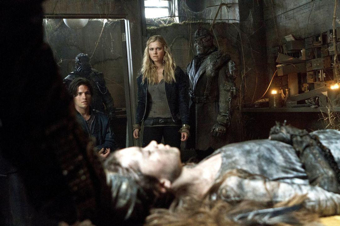Die Erdbewohner stellen Clarke (Eliza Taylor, l.) ein einfaches Ultimatum: Stirbt das Mädchen, stirbt auch Finn (Thomas McDonell, l.) ... - Bildquelle: Warner Brothers