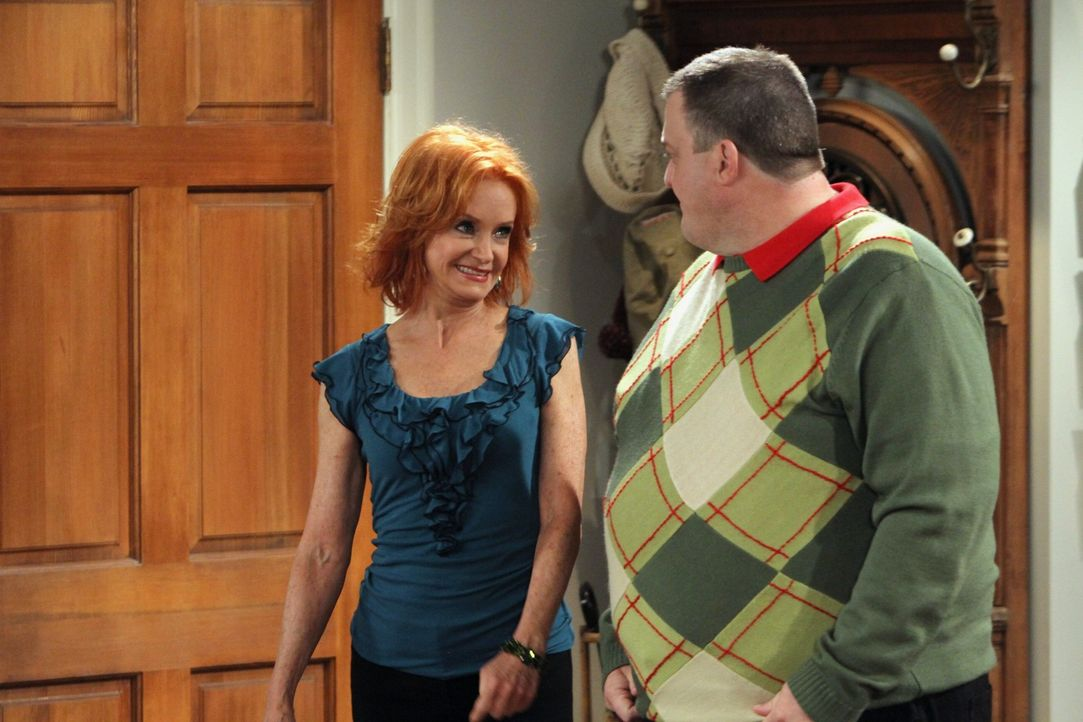 Mollys Mutter Joyce (Swoosie Kurtz, l.) versucht Mike (Billy Gardell, r.) bei Laune zu halten, denn Molly ist durch einen ganz speziellen Erkältung... - Bildquelle: 2010 CBS Broadcasting Inc. All Rights Reserved.