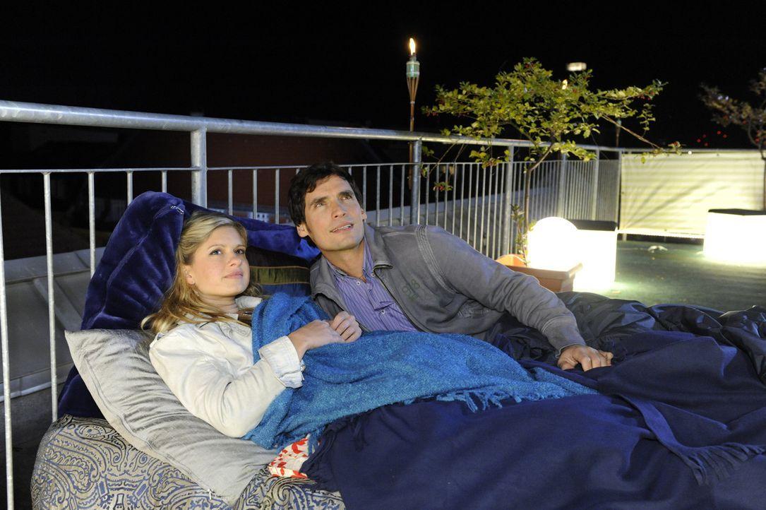 Verbringen einen wunderschönen Abend auf Alexanders Dachterrasse: Mia (Josephine Schmidt, l.) und Alexander (Paul Grashoff, r.) ... - Bildquelle: SAT.1