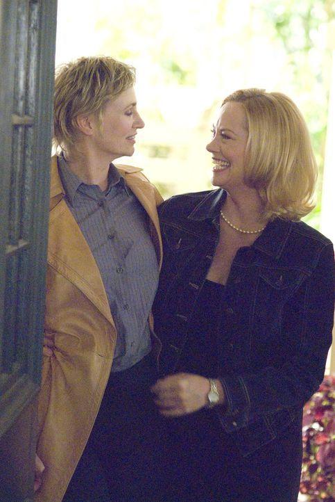 Zwischen Joyce (Jane Lynch, l.) und Phyllis (Cybill Shepherd, r.) knistert es heftig - ist das etwa Liebe auf den ersten Blick? - Bildquelle: Metro-Goldwyn-Mayer Studios Inc. All Rights Reserved.