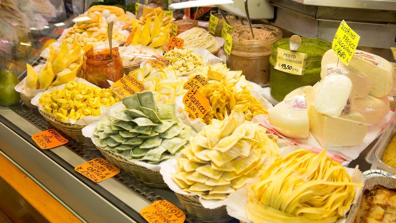 Koch und Autor Andrew Zimmern reist nach Florenz, dort erlebt er die Kunst im Essen und in der Zubereitung. Ein schönes Florentiner Steak, sämige Su... - Bildquelle: 2014,The Travel Channel, L.L.C. All Rights Reserved