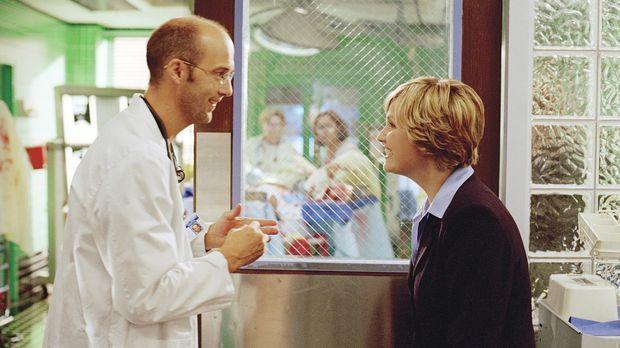 Greene (Anthony Edwards, l.) hat Dr. Lewis (Sherry Stringfield, r.) überredet...