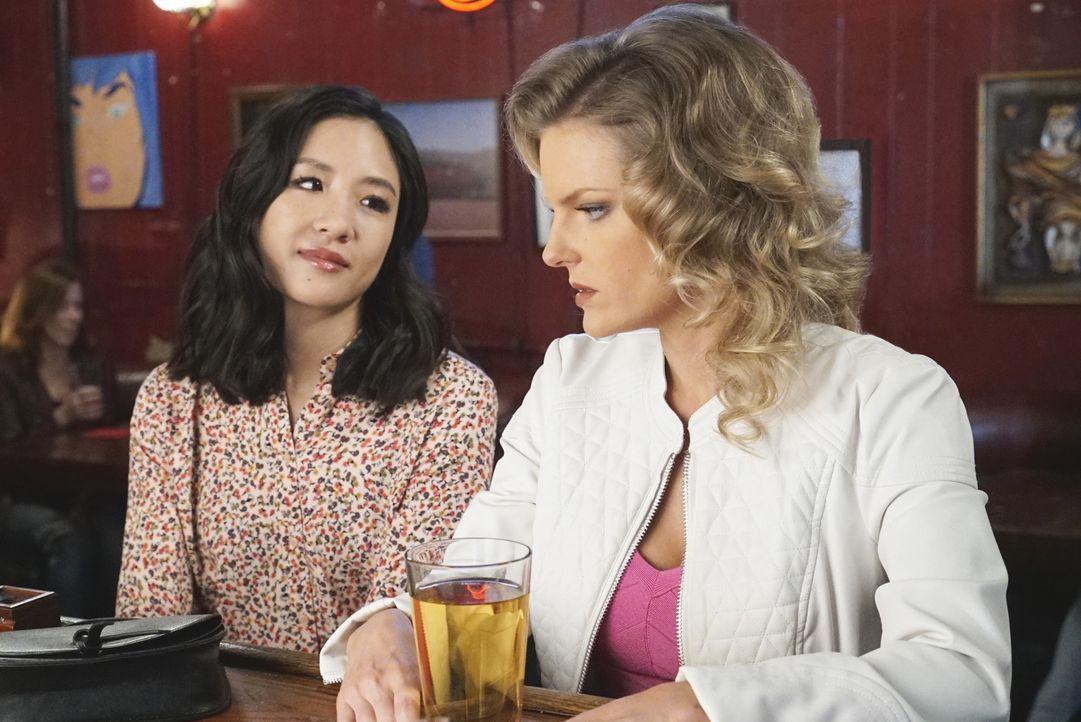 Während sich Jessica (Constance Wu, l.) zum Missfallen von Honey (Chelsey Crisp, r.) mit Marvins Ex-Frau anfreundet, haben die Jungs eine ganz beson... - Bildquelle: 2016-2017 American Broadcasting Companies. All rights reserved.