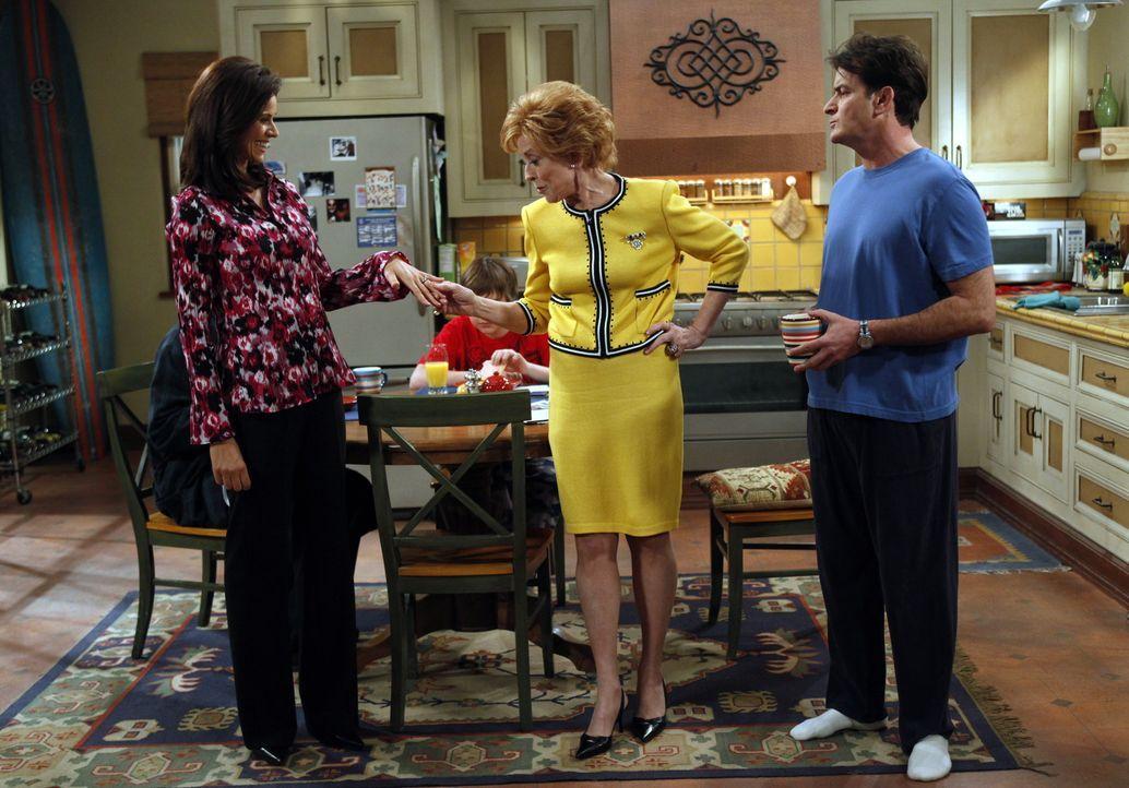 Als Chelsea (Jennifer Bini Taylor, l.) erfährt, dass Charlie (Charlie Sheen, r.) seiner Mutter Evelyn (Holland Taylor, M.) nicht von der Verlobung u... - Bildquelle: Warner Bros. Television