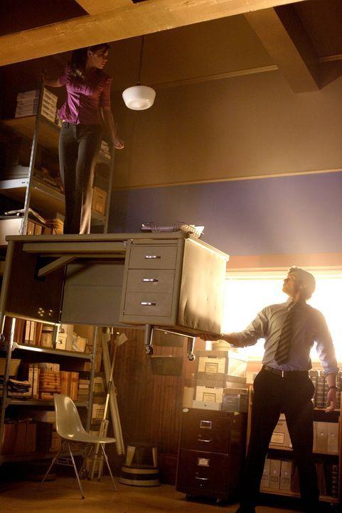 Bevor Linda sein Geheimnis veröffentlicht, wagt Clark den Schritt an die Öffentlichkeit: Er demonstriert Lois (Erica Durance, l.) seine Superkräfte... - Bildquelle: Warner Bros.