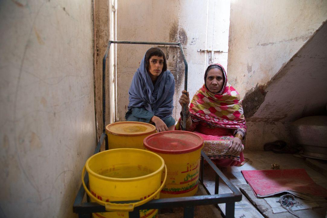 Karatschi, die reichste Stadt Pakistans, hat kein Wasser. Fazeelat Aslam (l.) reist dorthin, um mit Betroffenen darüber zu sprechen und über die Mis... - Bildquelle: Quicksilver Media