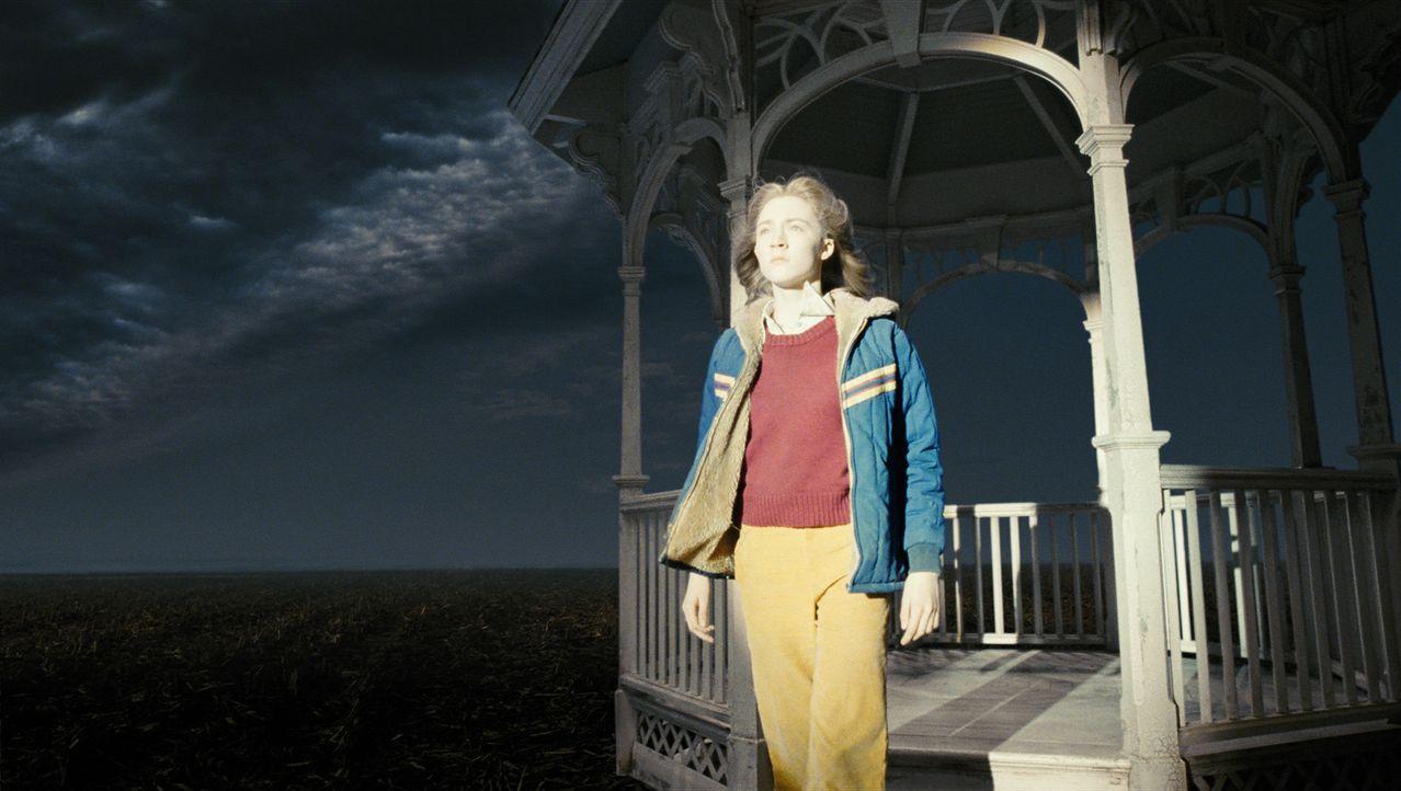 Noch ist Susie (Saoirse Ronan) nicht vollends im Jenseits angekommen. Der Schock des gewaltvollen Todes reißt sie in eine Art magische Zwischenwelt... - Bildquelle: 2009 DW Studios L.L.C. All Rights Reserved.