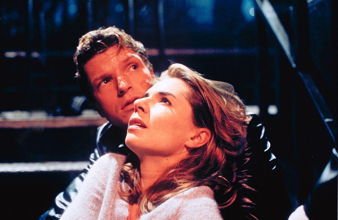 Wider Erwarten verliert der abgeklärte Schauspieler Lucas (Hardy Krüger jun., hinten) sein Herz an die nichts ahnende Katja (Dana Vavrova, vorne) ..... - Bildquelle: Klick ProSieben