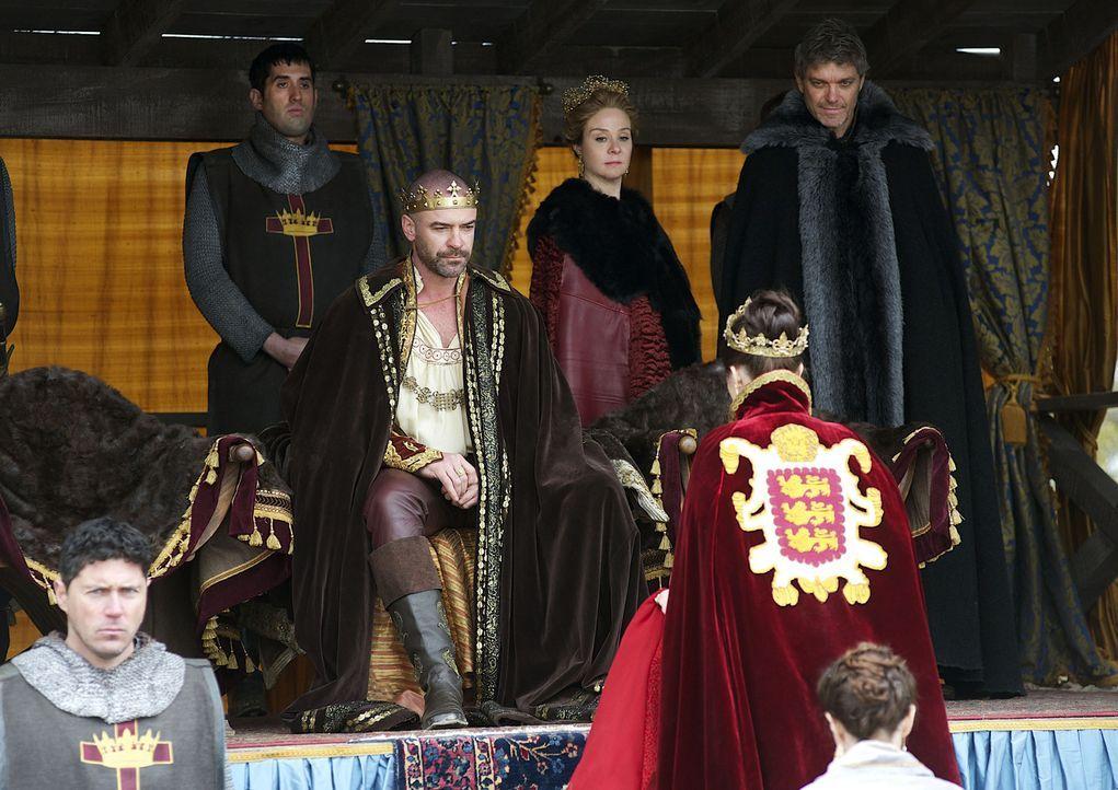 Das Turnier ist in vollem Gange, als Mary (Adelaide Kane, vorne r.) im königlichen Ornat an den Hof zurückkehrt und das englische Wappen auf ihrem U... - Bildquelle: 2013 The CW Network, LLC. All rights reserved.