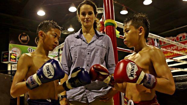 Reporterin Mary-Ann Ochota (M.) besucht die kleinen Muay Thai Boxer in Thaila...