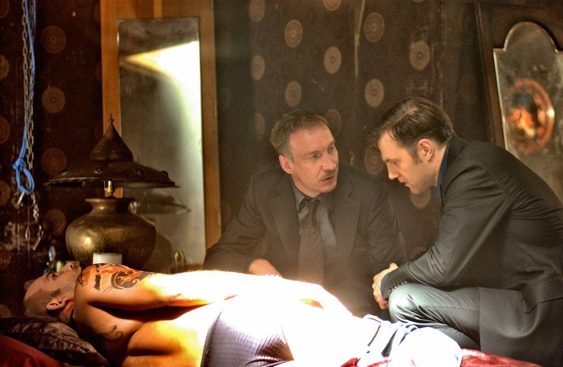 Der Psychiater Dr. Michael Glass (David Morrisey, r.) wird zu den Ermittlungen in einem grausamen Mordfall hinzugezogen. Nun liegt es an ihm, der Ta... - Bildquelle: Constantin Film