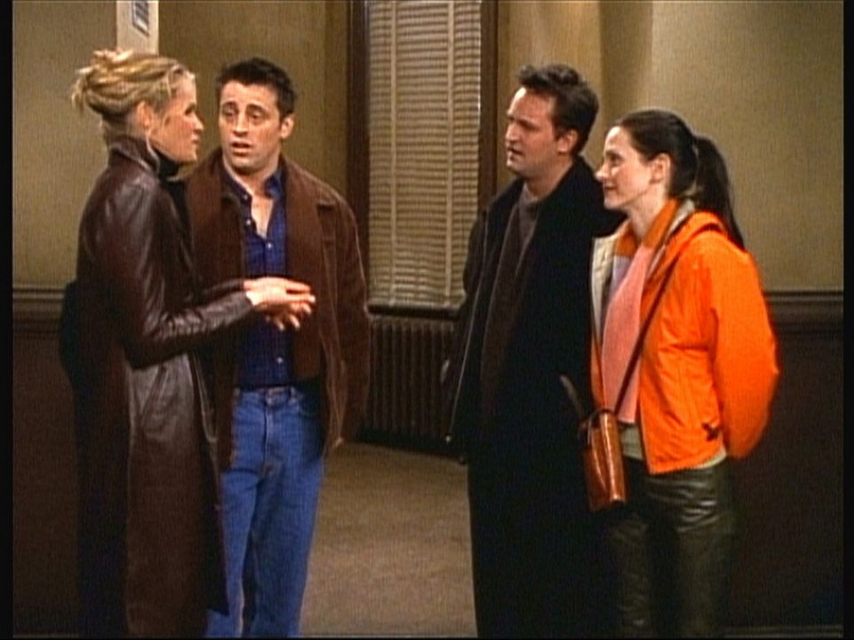 Joey (Matt LeBlanc, 2.v.l.) wäre froh, wenn Janine (Elle Macpherson, l.) sich mit Monica (Courteney Cox, r.) und Chandler (Matthew Perry, 2.v.r.) v... - Bildquelle: TM+  2000 WARNER BROS.