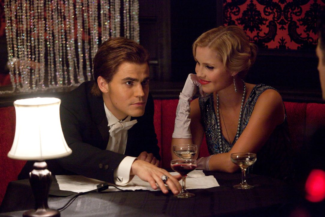 Klaus konfrontiert Stefan (Paul Wesley, l.) mit einer der dunkelsten Phasen seines Vampirdaseins und seiner damaligen Liebe zu  Rebbekah - Bildquelle: © Warner Bros. Entertainment Inc.