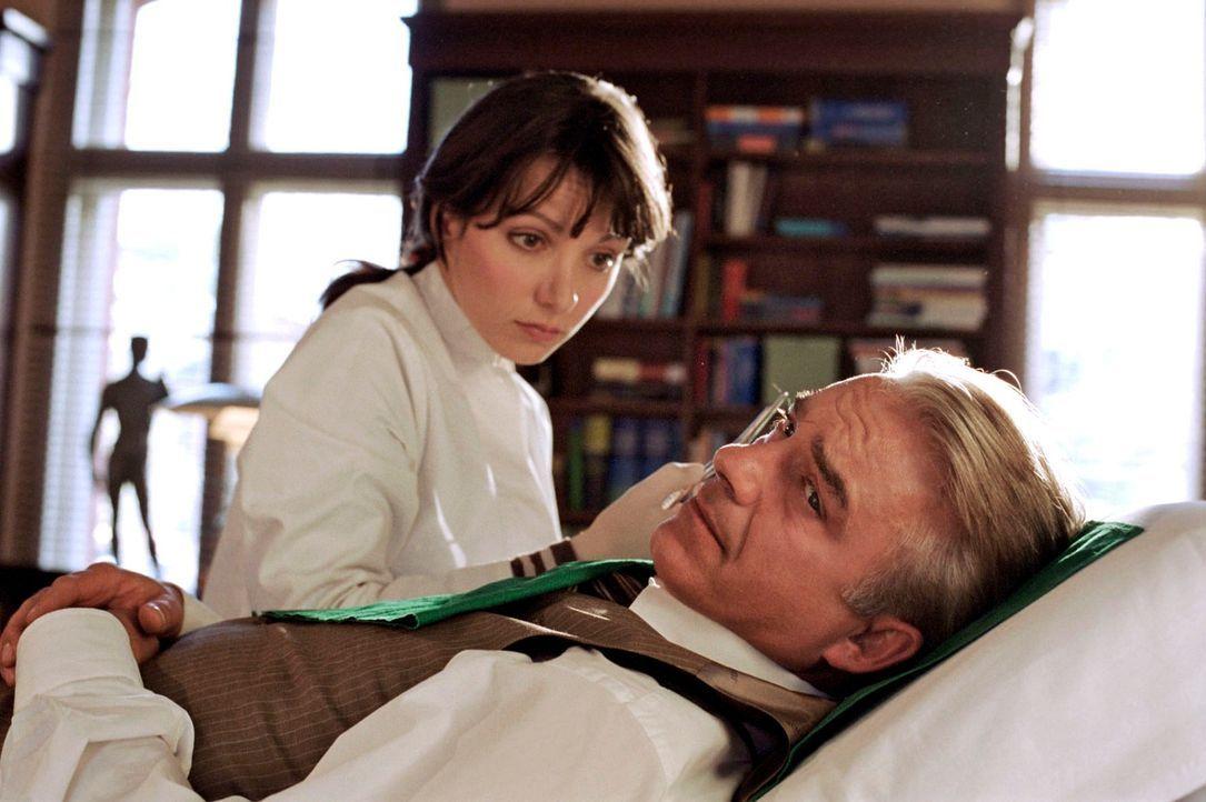 Barbara (Julia Koschitz, l.) kümmert sich um Johannes' (Christoph M. Ohrt, r.) Verletzungen. - Bildquelle: Hardy Spitz Sat.1