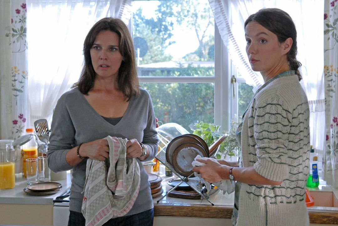 Birte (Julia Koschitz, r.) versucht ihre Schwester (Désirée Nosbusch, l.) zu überreden, auf der Insel zu bleiben. - Bildquelle: Susanne Dittmann Sat.1
