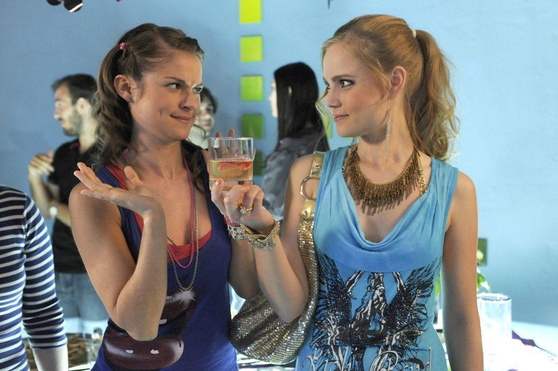 Ronnies Drogencocktail landet statt bei Jenny (Lucy Scherer, l.), bei Caro (Sonja Bertram, r.) ... - Bildquelle: SAT.1