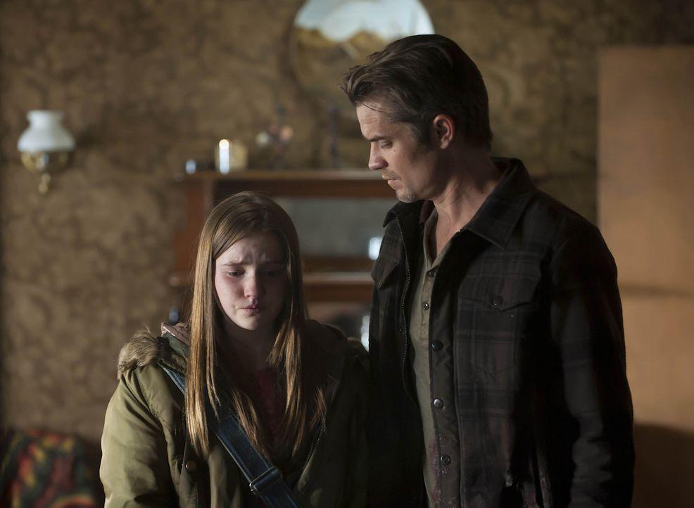 Raylan Givens (Timothy Olyphant, r.) kümmert sich um die völlig verstörte Loretta (Kaitlyn Dever, l.) ...