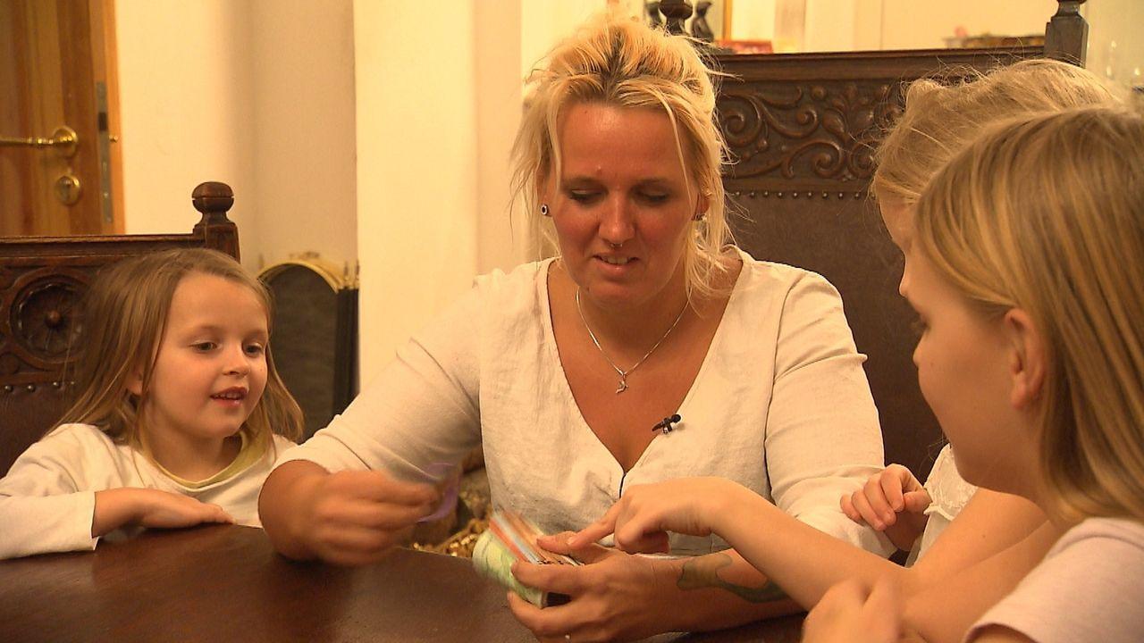 Plötzlich hat die alleinerziehende Mutter Nicole Bongé für sich und ihre Töchter ein vielfach höheres Wochenbudget zur Verfügung. Ist viel Geld zu h... - Bildquelle: SAT.1