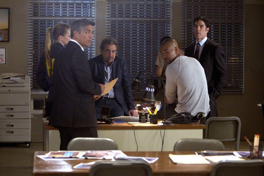Bei den Ermittlungen in den Mordfällen an zahlreichen Prostituierten in Texas stoßen Morgan (Shemar Moore, 2.v.r.), Hotch (Thomas Gibson, r.), Rossi... - Bildquelle: ABC Studios