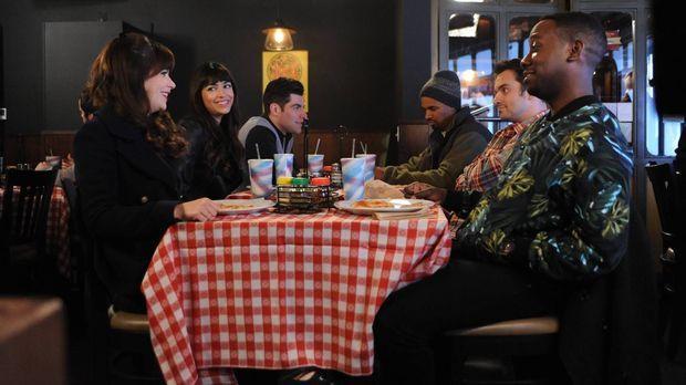 Jess (Zooey Deschanel, l.), Cece (Hannah Simone, 2.v.l.), Schmidt (Max Greenf...