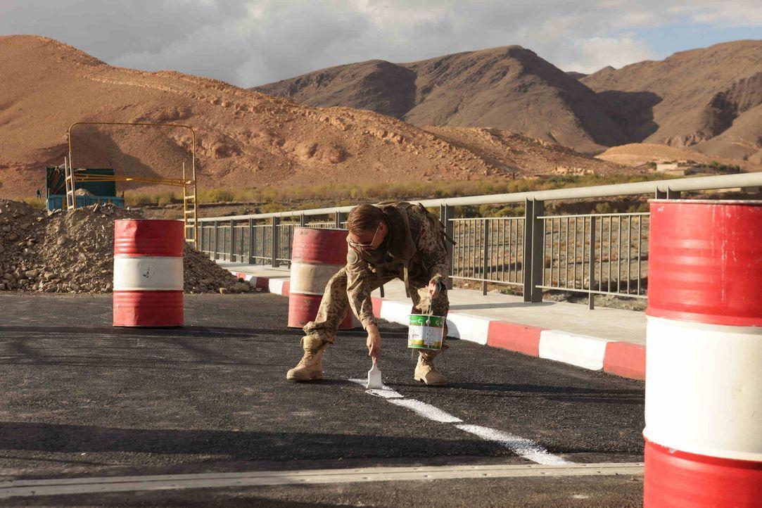 Neugebaute deutsche Brücken müssen einen ausgewiesenen Fahrradweg vorweisen können. Auch im Nirgendwo. Glücklicherweise hat Martin (Constantin von J... - Bildquelle: Sife Ddine ELAMINE ProSieben