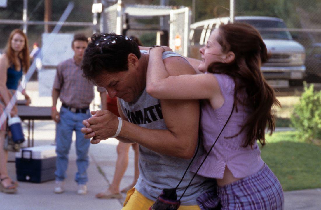 Als John Grubb (Chris Mulkey, l.) zum wiederholten Male seine Tochter Rena (Jena Malone, r.) schrecklich verletzt, rastet das schwangere Mädchen v - Bildquelle: Tomorrow Film