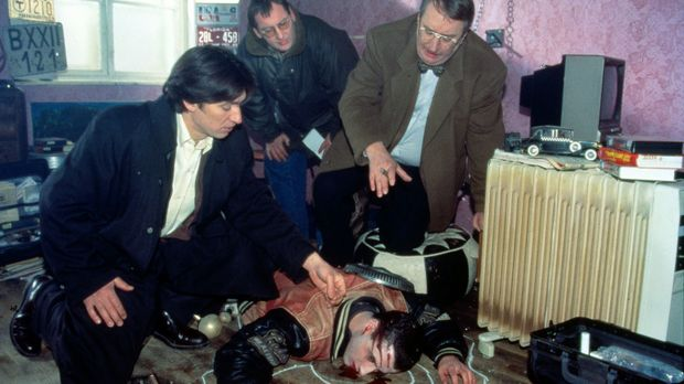 Gerichtsmediziner Graf (Gerhard Zemann, r.) sucht mit Kommissar Moser (Tobias...