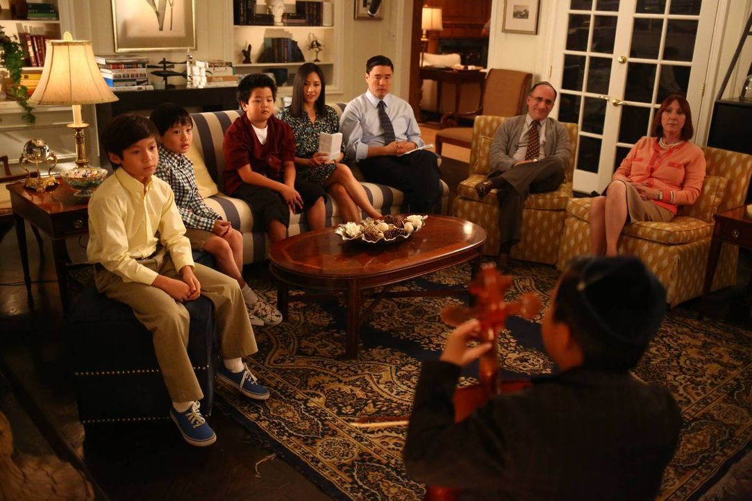 Ein ganz besonderer Abend: Louis (Randall Park, 3.v.r.), Jessica (Constance Wu, M.), Eddie (Hudson Yang, 3.v.l.), Emery (Forrest Wheeler, l.), Evan... - Bildquelle: 2015 American Broadcasting Companies. All rights reserved.