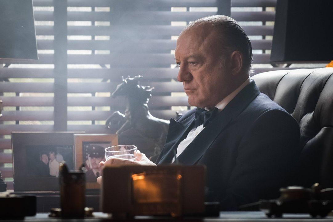 Ahnt Carmine Falcone (John Doman), dass sein Sohn Mario mit dem Virus infiziert ist? - Bildquelle: Warner Brothers