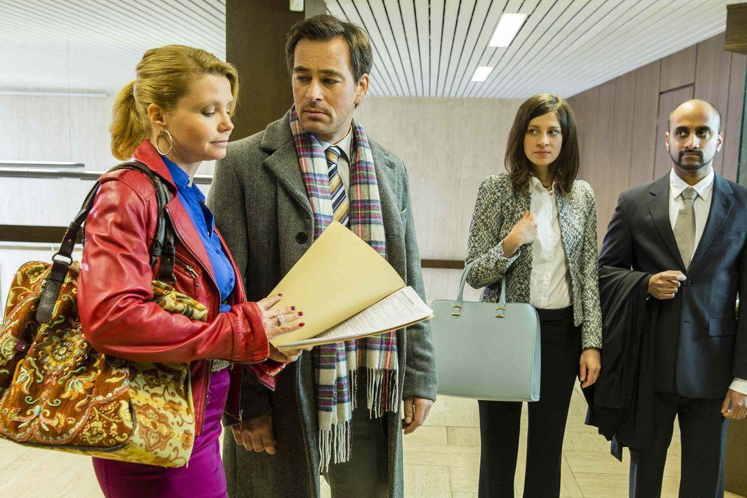 Olli (Jan Sosniok, 2.v.l.) wird von seiner Kollegin Ines Winkler (Claudia Eisinger, 2.v.r.) sexuelle Belästigung am Arbeitsplatz vorgeworfen. Währen... - Bildquelle: Frank Dicks SAT.1