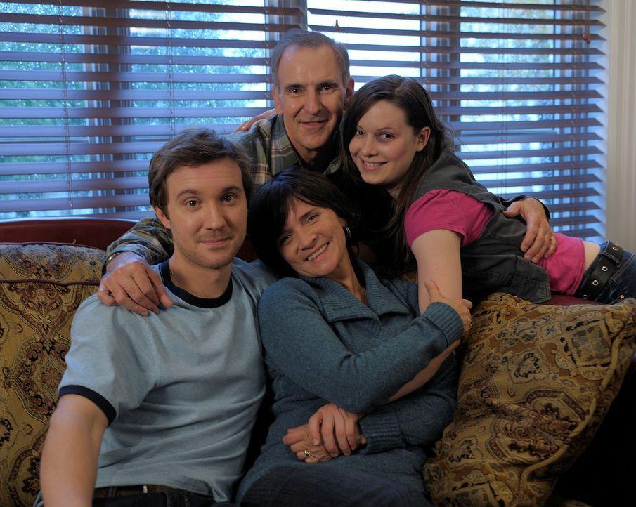 Als Emilys (Alison Louder, r.) Leben in Gefahr ist, beschließt Josh (Sam Huntington, l.), gemeinsam mit ihr zu seinen Eltern Ellen (Jennifer Moreho... - Bildquelle: Phillipe Bosse Syfy Channel