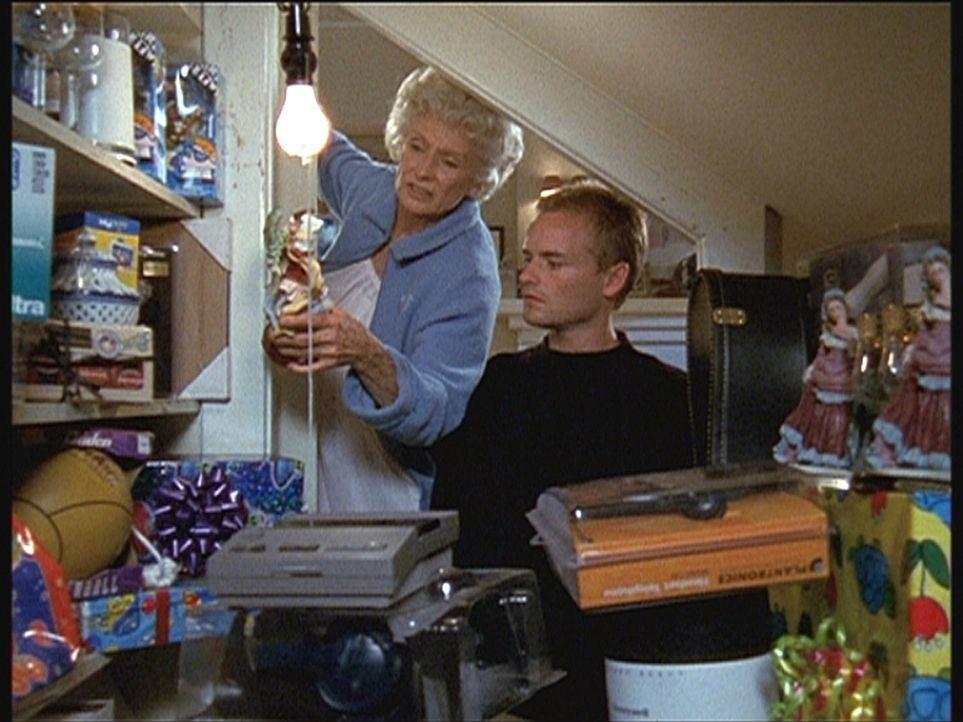 Francis (Christopher Masterson, r.) staunt nicht schlecht: Seine Großmutter (Cloris Leachman, l.) hat eine riesige Sammlung von nicht verschenkten... - Bildquelle: TM +   Twentieth Century Fox Film Corporation. All Rights Reserved.