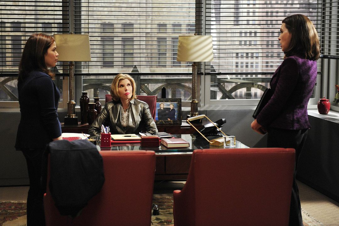 Natalies (America Ferrera, l.) Vater gerät in große Schwierigkeiten, weshalb sie Diane Lockhart (Christine Baranski, M.) und Alicia Florrick (Juli... - Bildquelle: CBS   2011 CBS Broadcasting Inc. All Rights Reserved.
