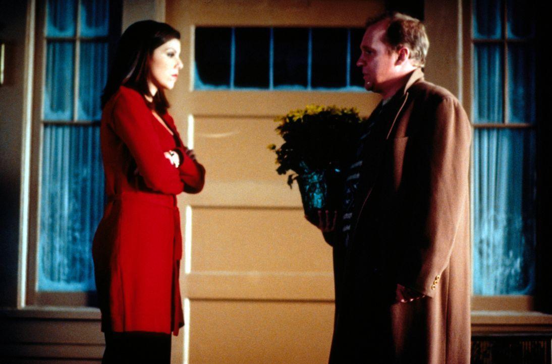 Nach seiner blöden Aktion, bittet Victor (Peter Firth, r.) Lydia (Heather Paige Kent, l.) um Entschuldigung ... - Bildquelle: CBS Television