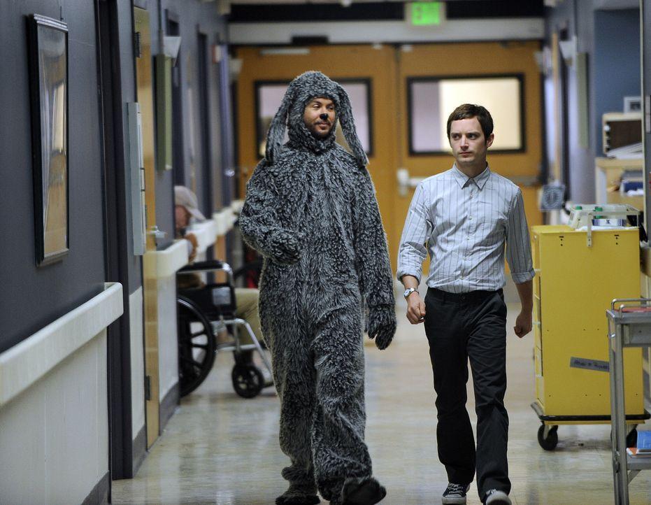 Ryan (Elijah Wood, r.) will Jenna beweisen, dass auch er etwas Sinnvolles tun kann und überredet Wilfred (Jason Gann, l.), mit ihm ehrenamtlich in... - Bildquelle: 2011 FX Networks, LLC. All rights reserved.