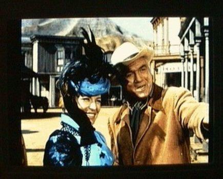 Bonanza - Ben Cartwright (Lorne Greene, r.) ist glücklich, die Opernsängerin...