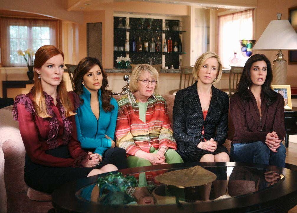Wollen für Edie eine besondere Ruhestätte: Karen McCluskey (Kathryn Joosten, M.), Bree (Marcia Cross, l.), Gabrielle (Eva Longoris, 2.v.l.), Lynette... - Bildquelle: ABC Studios