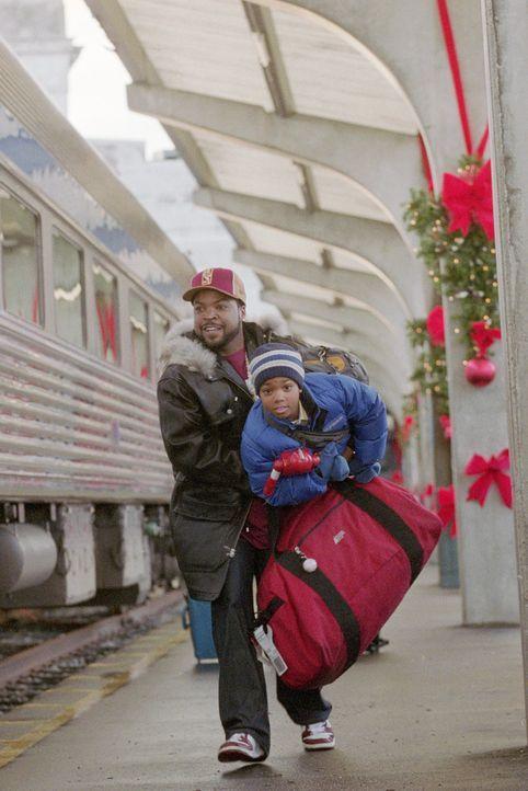 Nick (Ice Cube, l.) bietet seiner Flamme, die geschäftlich in Vancouver festsitzt, an, mit deren beiden Kindern im nächsten Flieger nachzukommen.... - Bildquelle: Sony 2007 CPT Holdings, Inc.  All Rights Reserved.