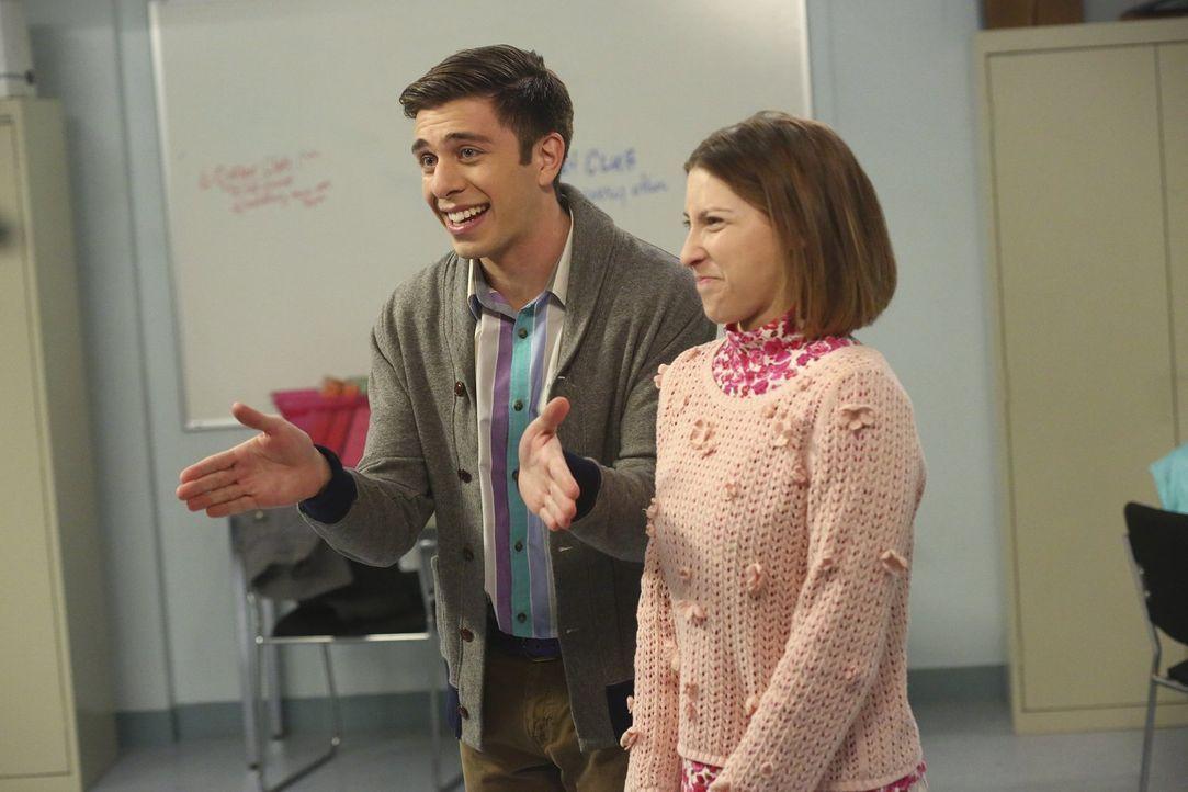 Brad (Brock Ciarlelli, l.) versucht zu retten, was zu retten ist, als Sue (Eden Sher, r.) trotz Gesangsdefiziten mit ihrer Gruppe an einem Wettbewer... - Bildquelle: Warner Bros.
